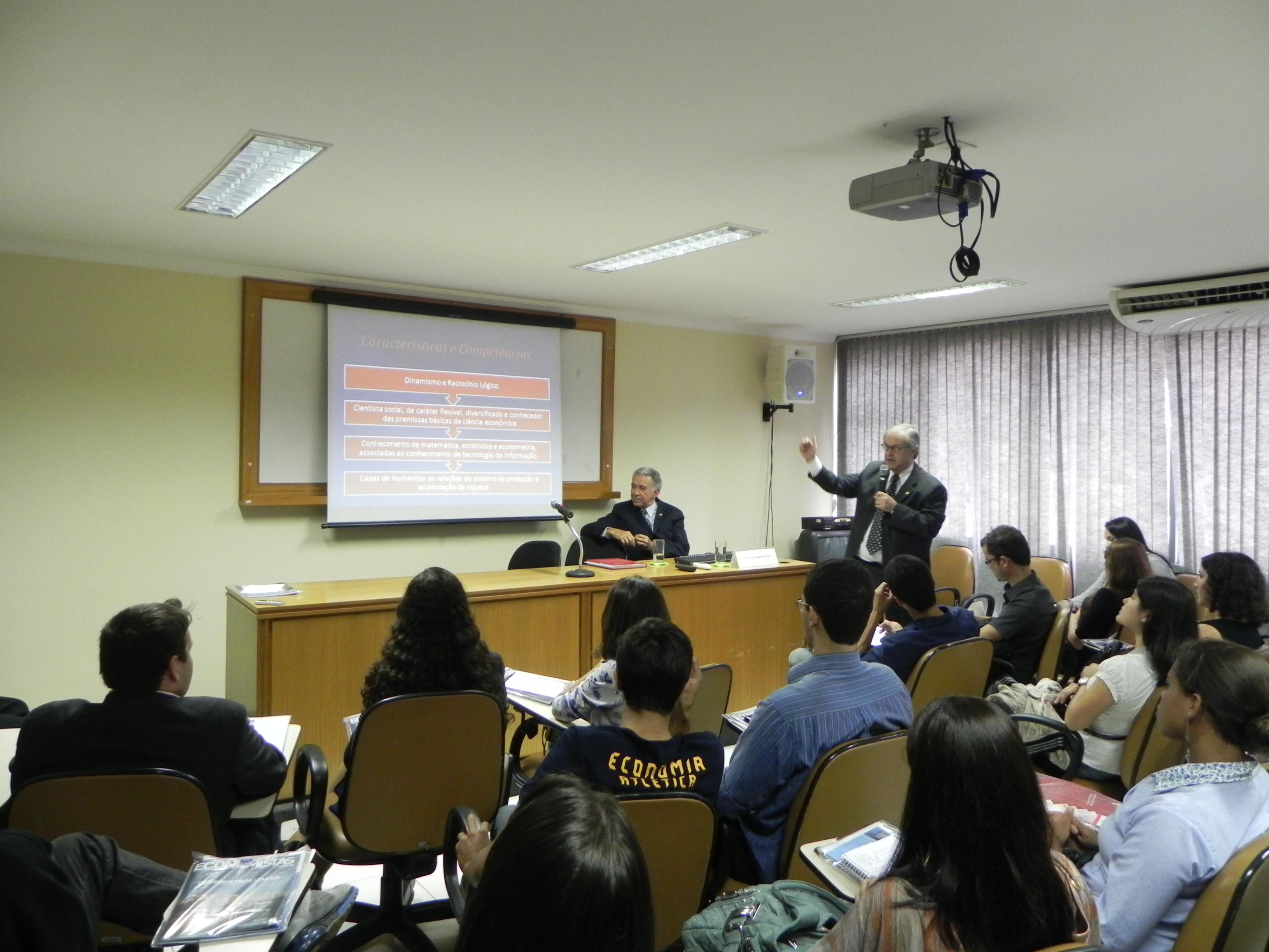 Estudantes de economia de Goiás visitam sede do Corecon-DF